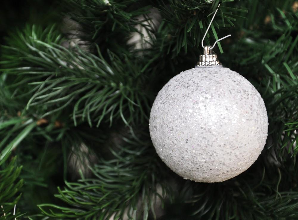 24x glitzer weihnachtskugeln kunststoff 6cm christbaumkugel wei weihnachtskugel ebay. Black Bedroom Furniture Sets. Home Design Ideas